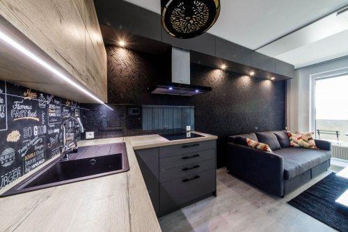 Priestranná kuchyňa prepojená s obývačkou a spálňou